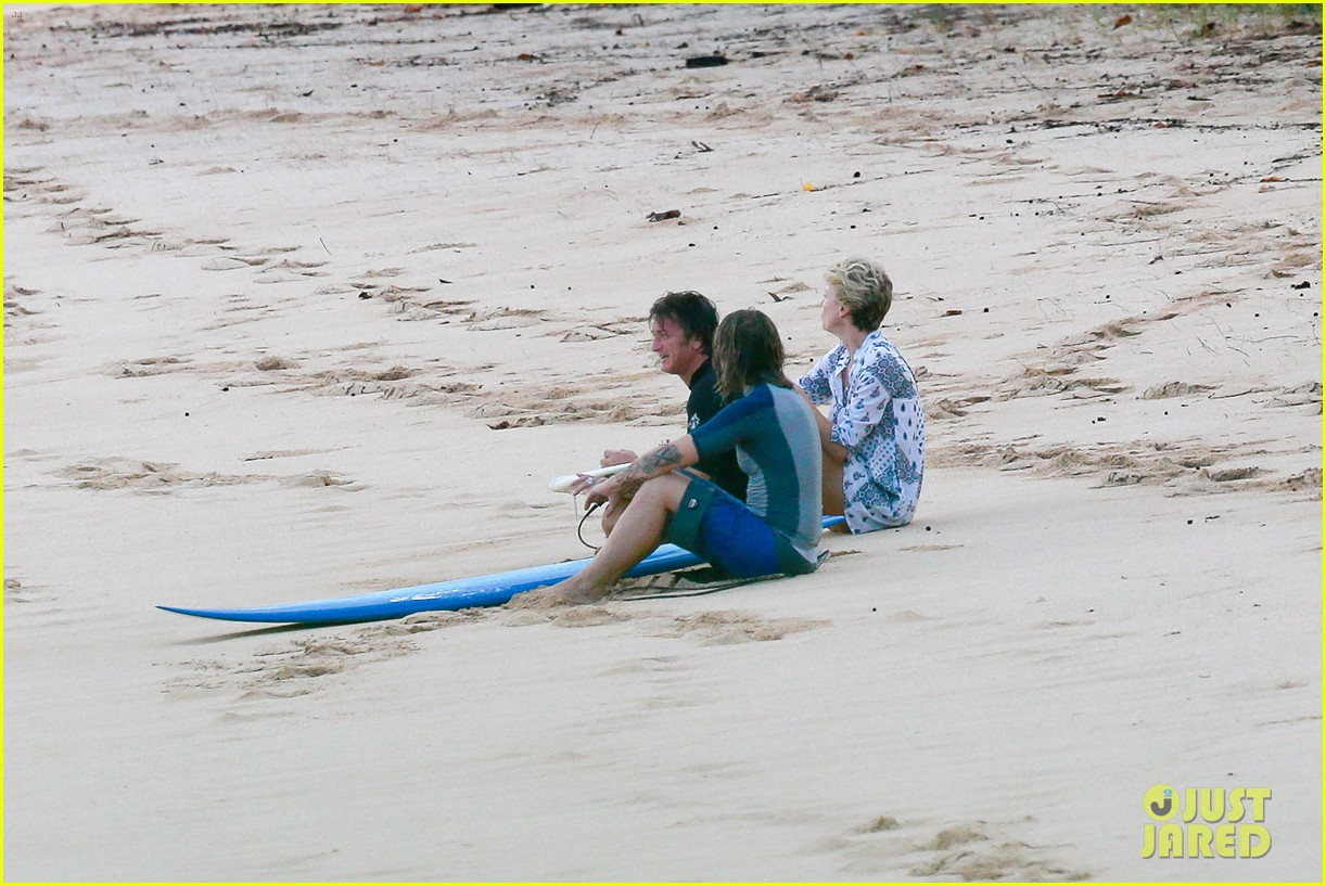 charlize theron sean penn relax on the beach in hawaii 083021733