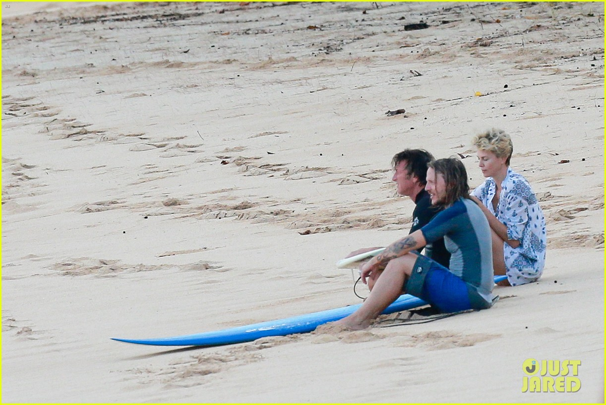 charlize theron sean penn relax on the beach in hawaii 093021734