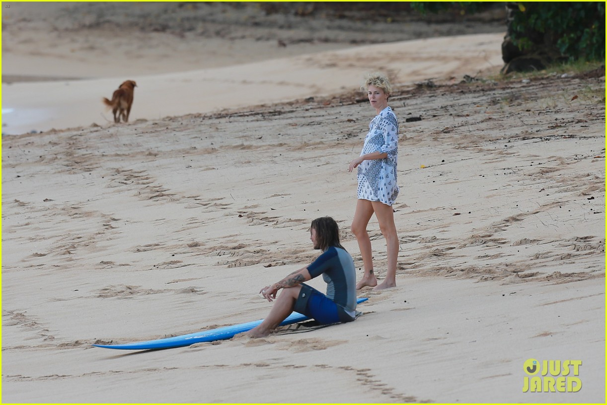 charlize theron sean penn relax on the beach in hawaii 133021738