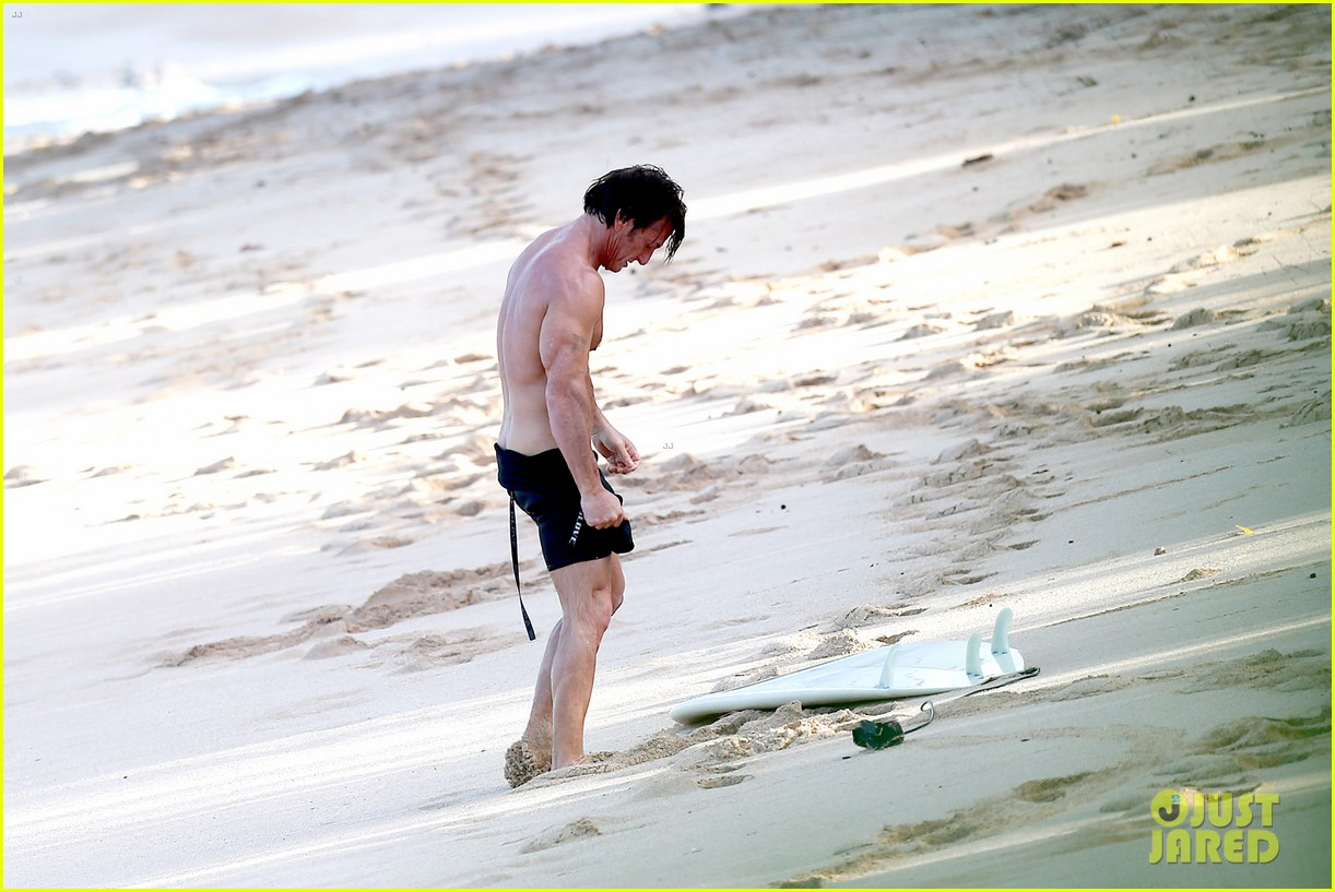 charlize theron sean penn relax on the beach in hawaii 173021742