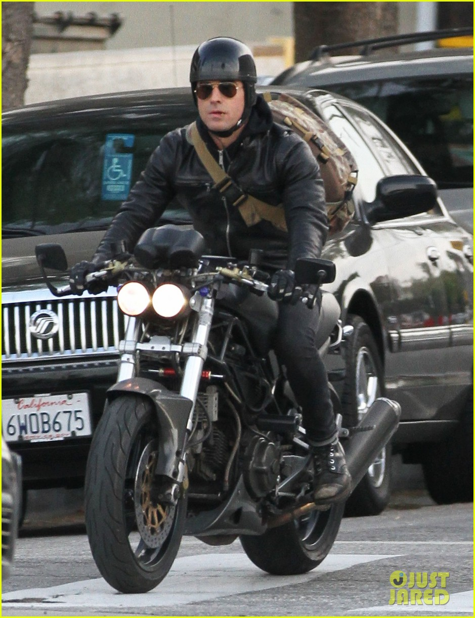 justin theroux rides his motorcycle to the gym 013039171