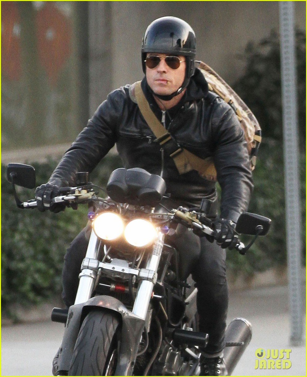 justin theroux rides his motorcycle to the gym 023039172