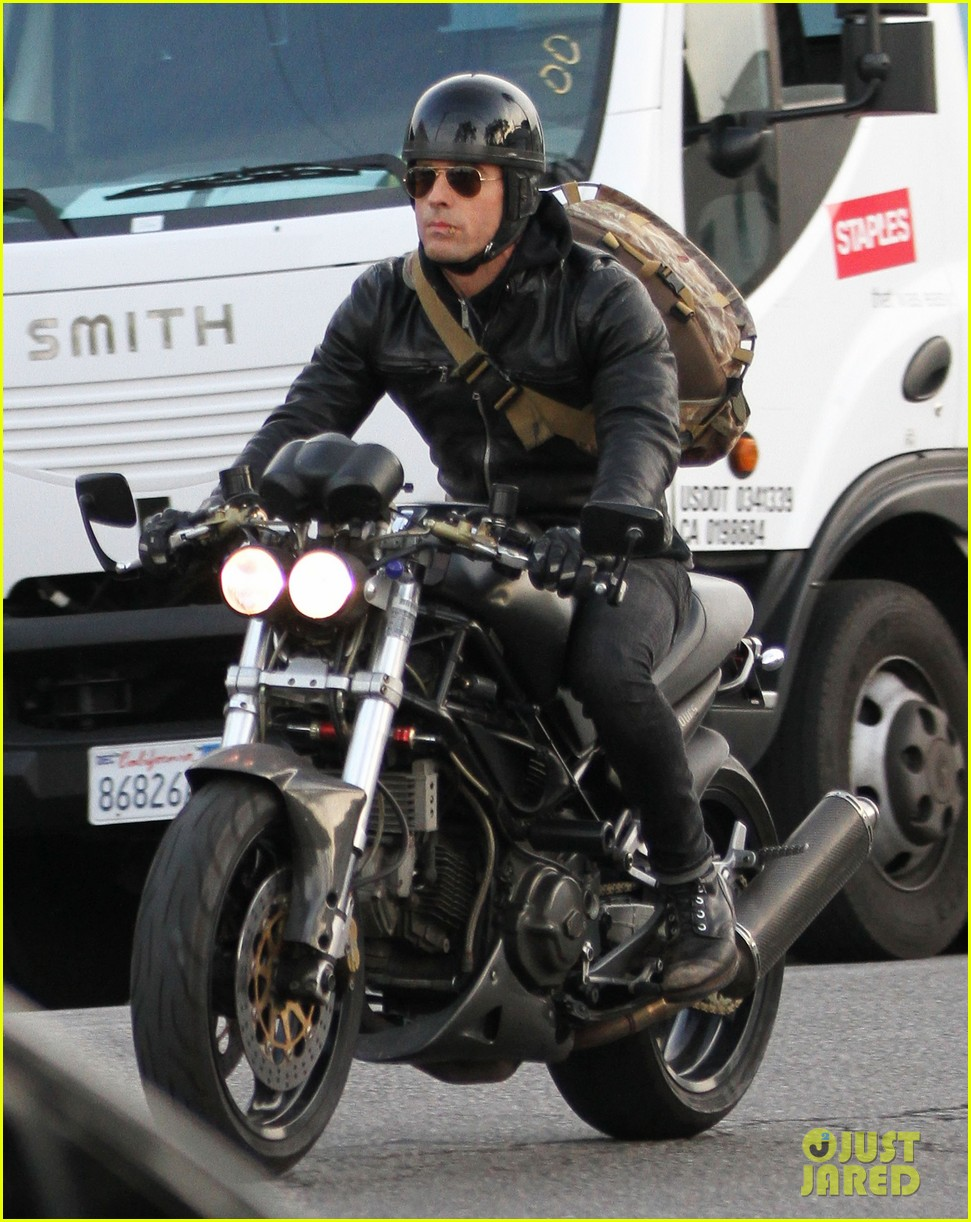 justin theroux rides his motorcycle to the gym 033039173