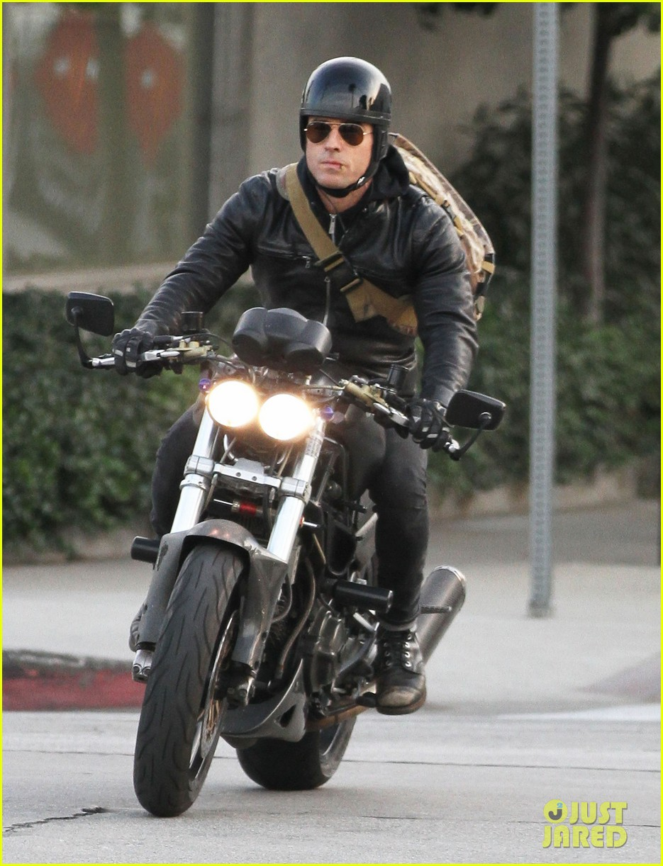 justin theroux rides his motorcycle to the gym 043039174