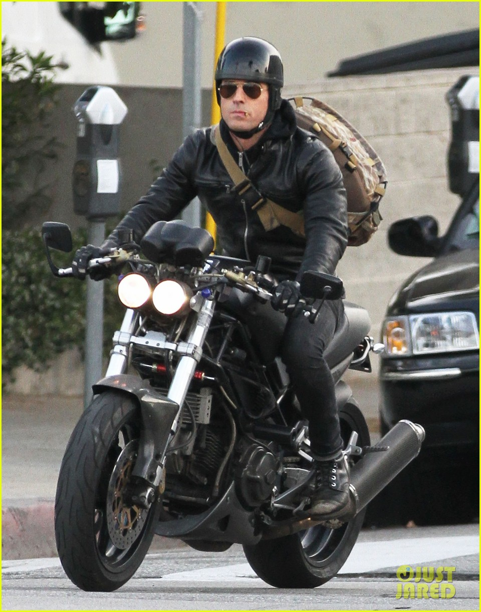 justin theroux rides his motorcycle to the gym 05
