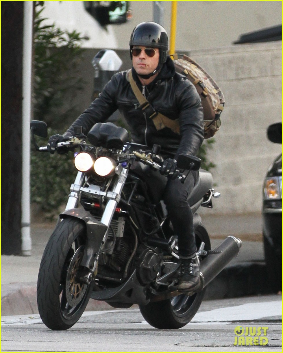 justin theroux rides his motorcycle to the gym 063039176