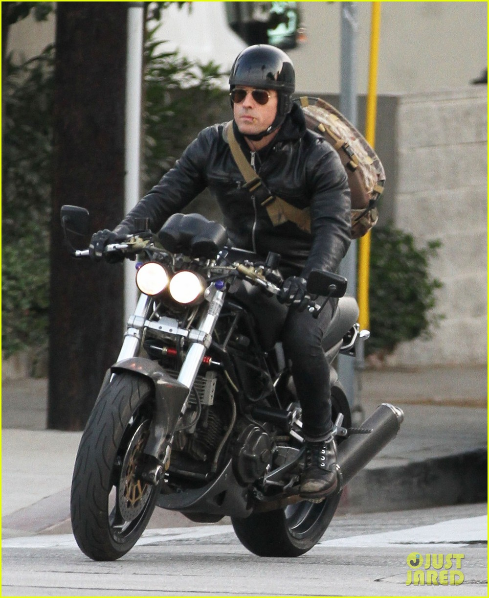 justin theroux rides his motorcycle to the gym 073039177