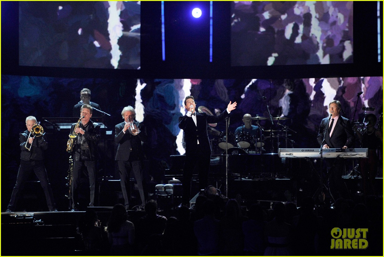 robin thicke chicago perform medley at grammys 2014 013041301