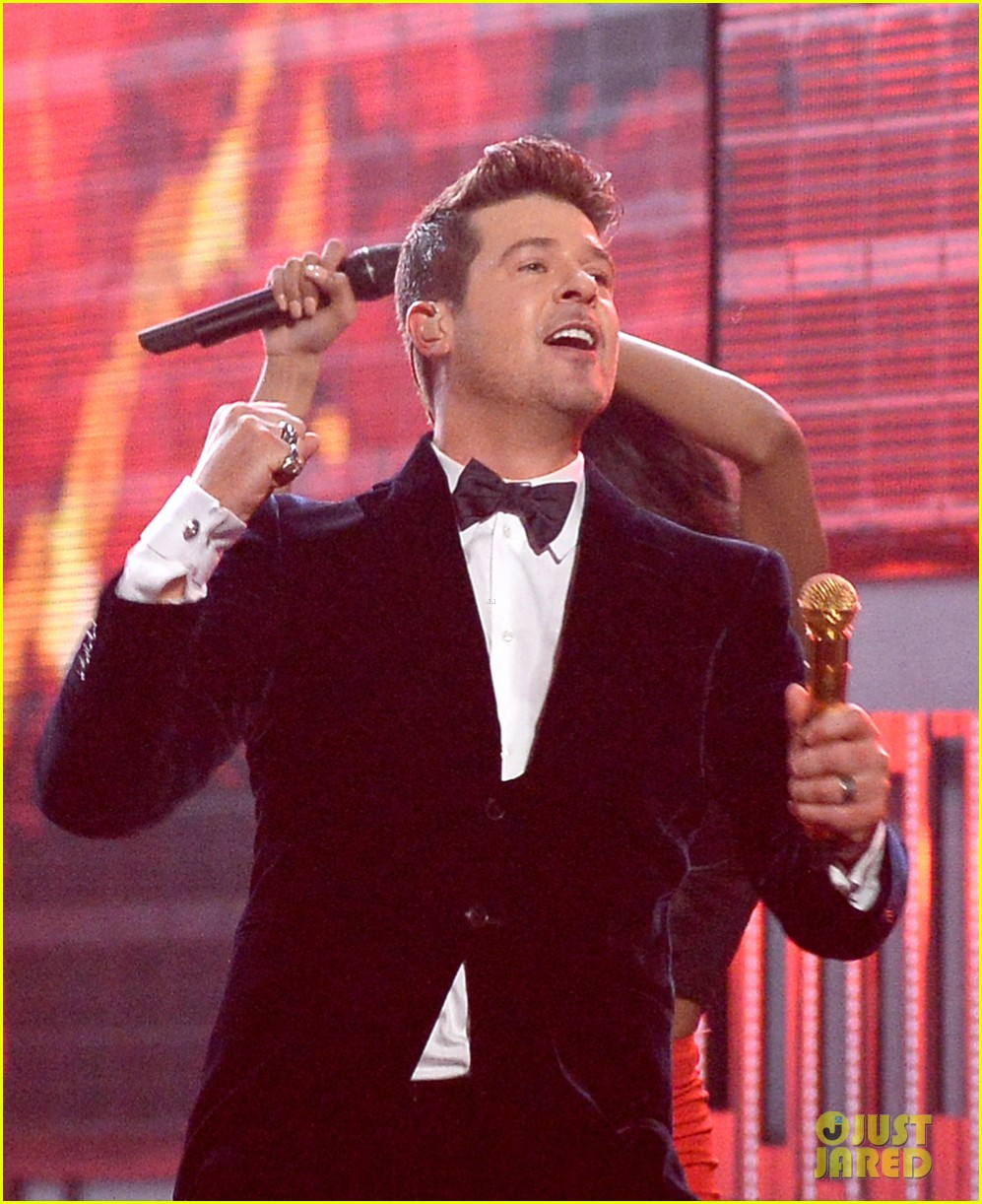 robin thicke chicago perform medley at grammys 2014 033041303