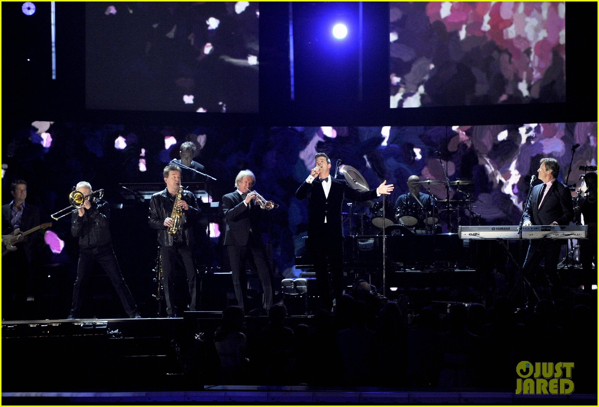 robin thicke chicago perform medley at grammys 2014 083041308
