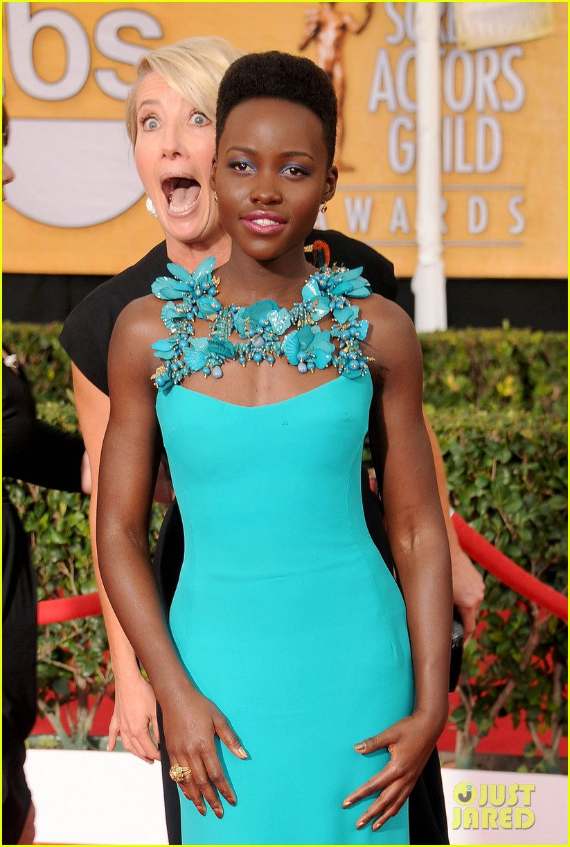 emma thompson photobombs lupita nyongo at sag awards 2014 013036231