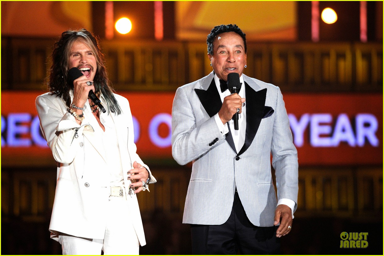 steven tyler smokey robinson sings to smokey robinson at grammys 2014 143041692