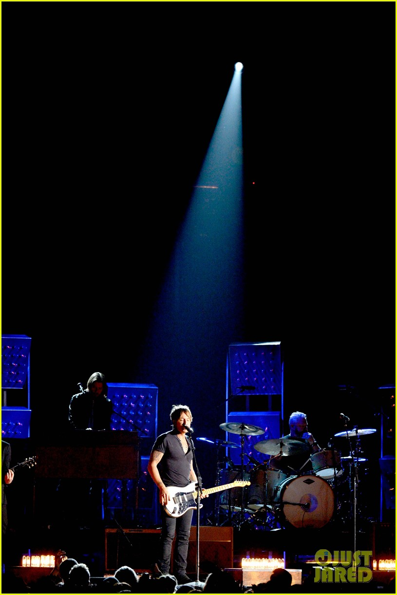 keith urban performs cop car at grammys 2014 video 023041318