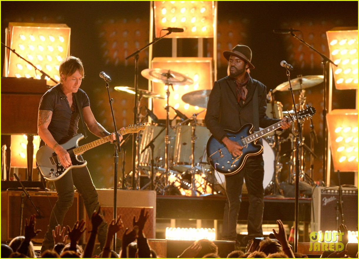 keith urban performs cop car at grammys 2014 video 11
