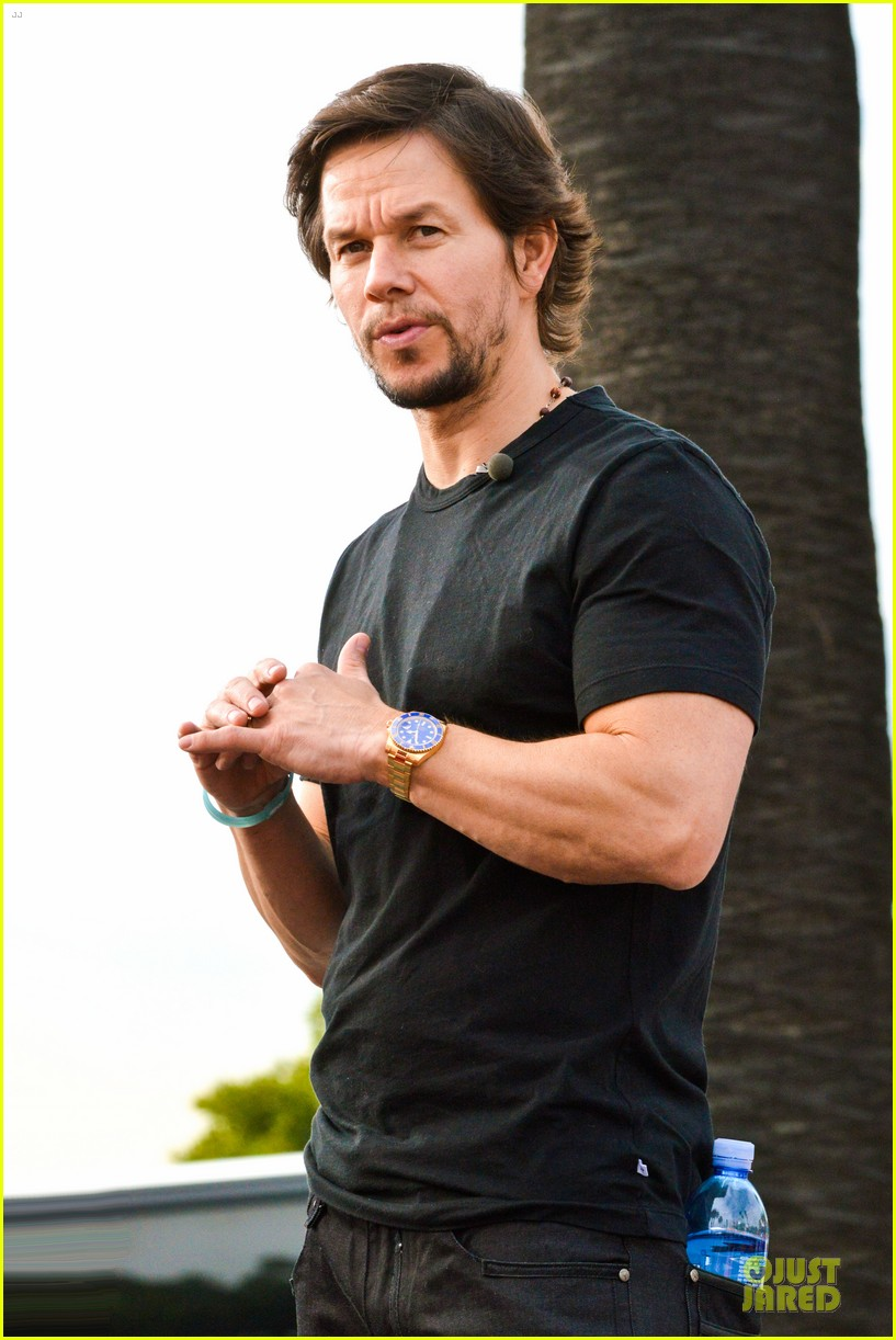 mark wahlberg promotes lone survivor on leno extra 093024896