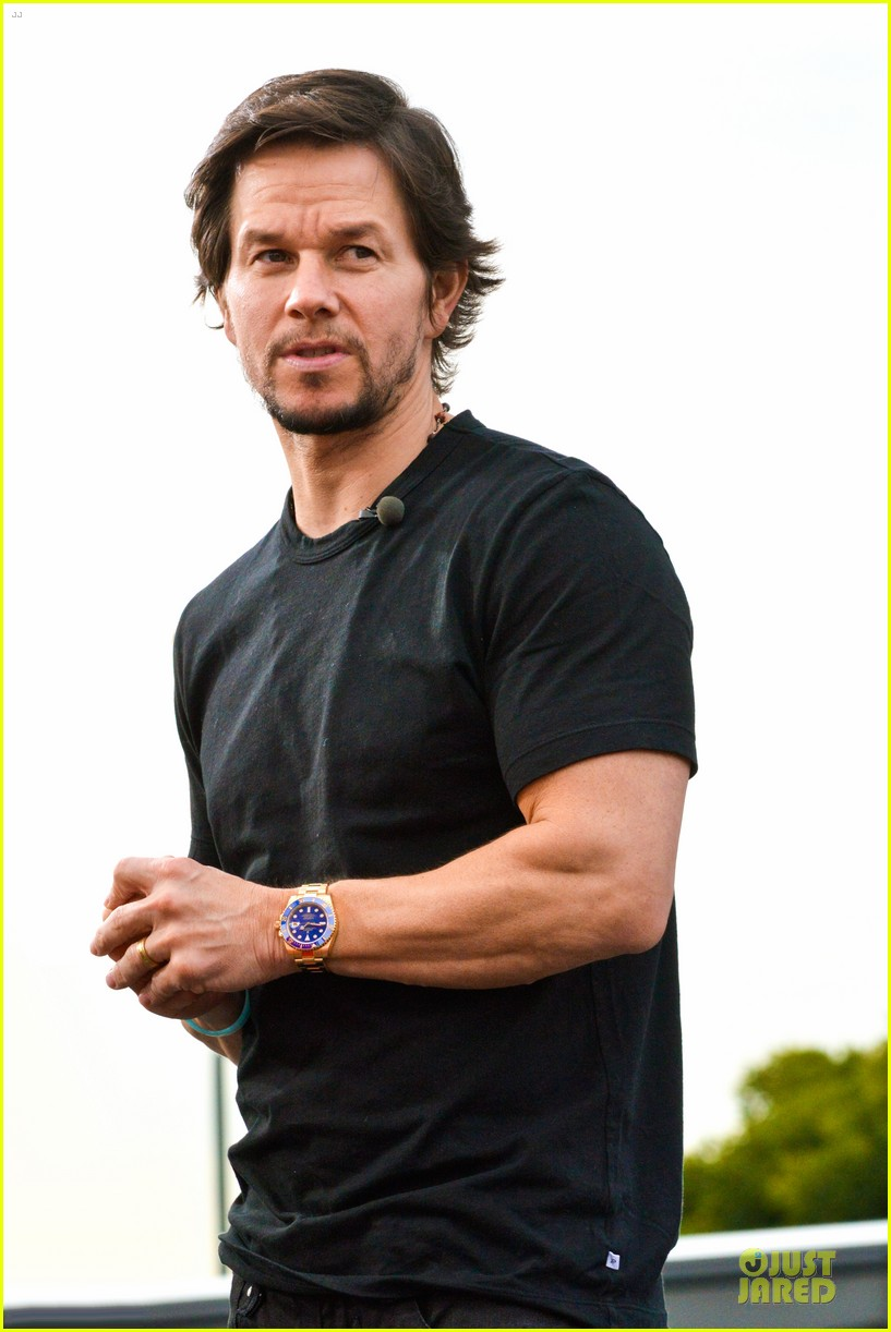 mark wahlberg promotes lone survivor on leno extra 13