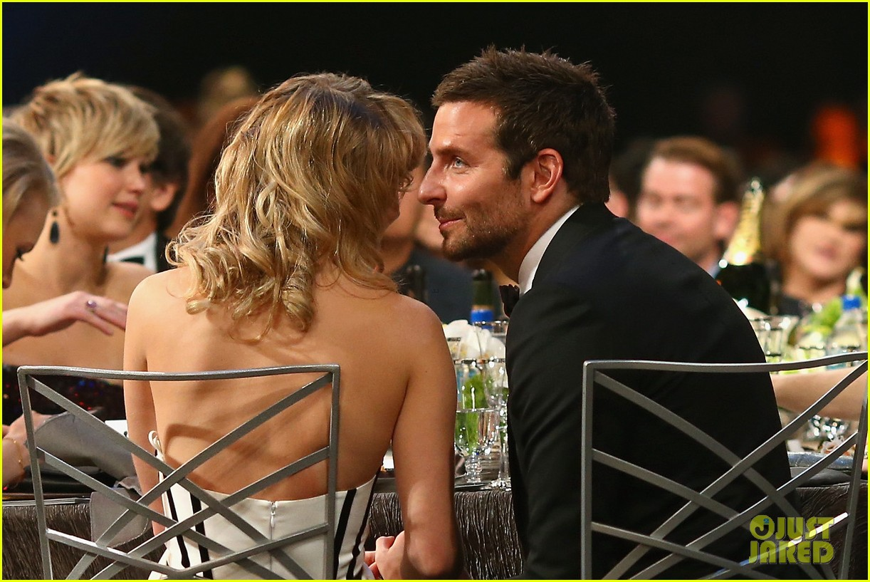 suki waterhouse sag awards 2014 with bradley cooper 013034862