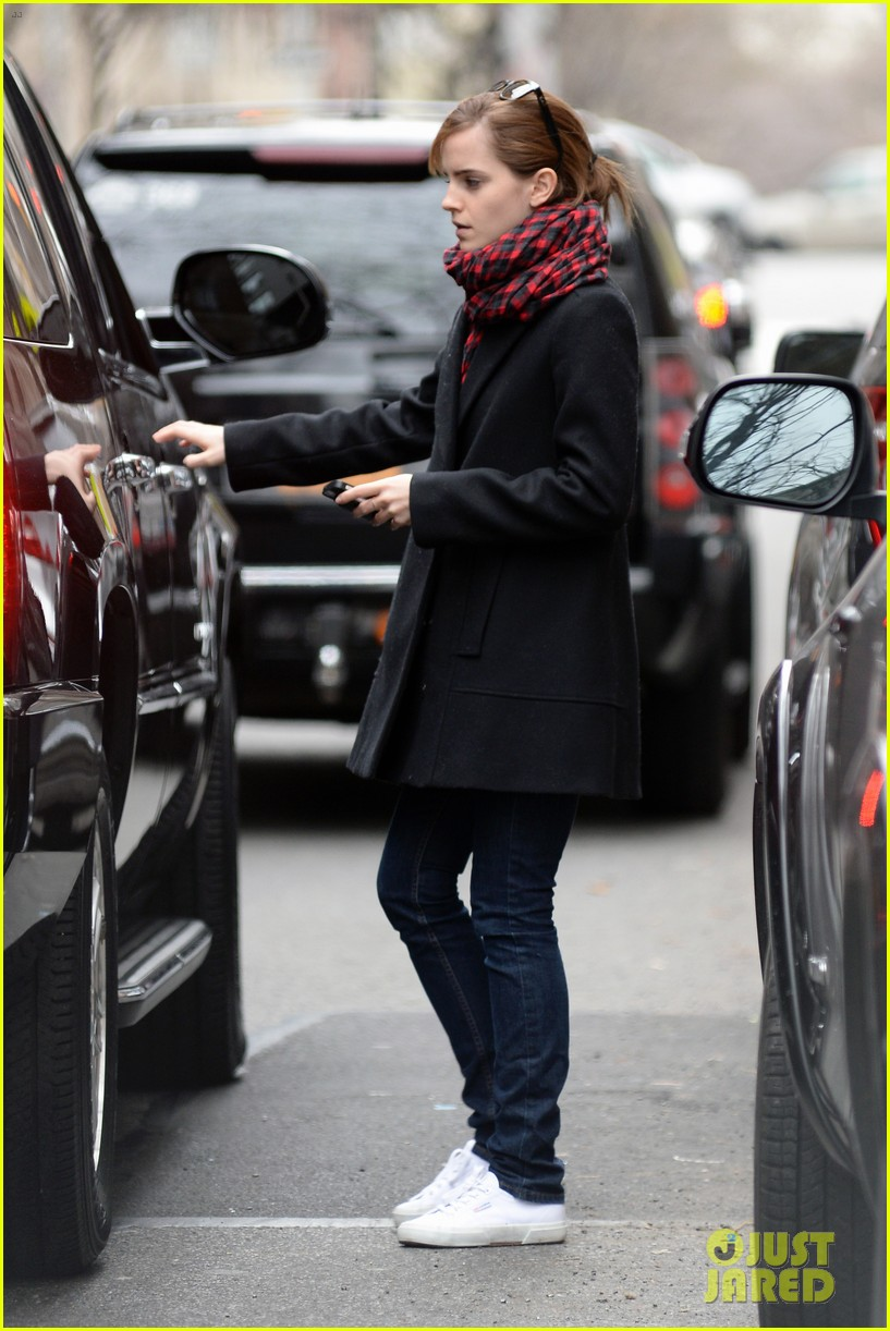 emma watson braves frigid cold for nyc apartment hunting 033038722