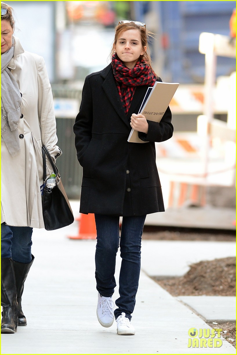 emma watson braves frigid cold for nyc apartment hunting 06