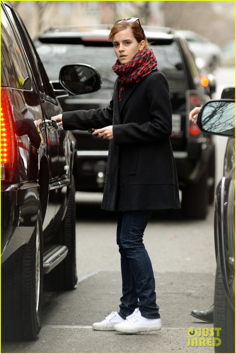emma watson braves frigid cold for nyc apartment hunting 113038730