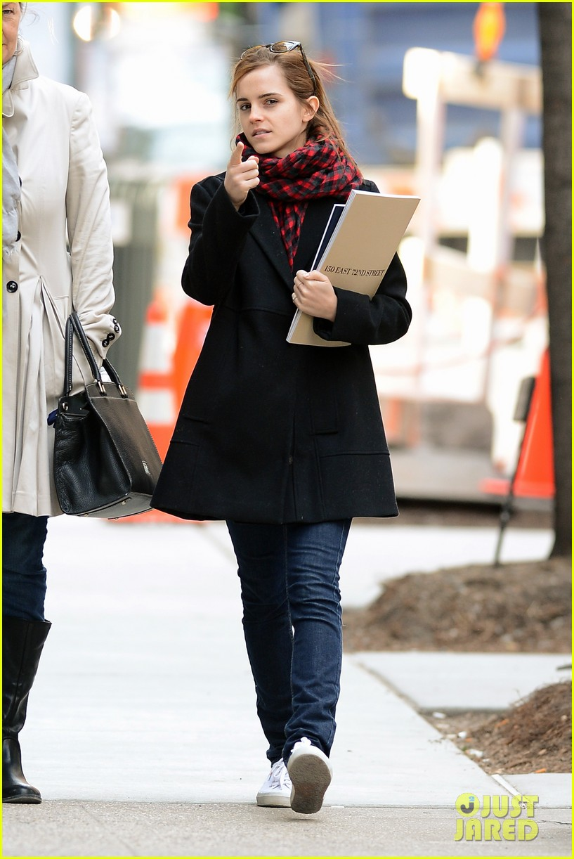 emma watson braves frigid cold for nyc apartment hunting 123038731