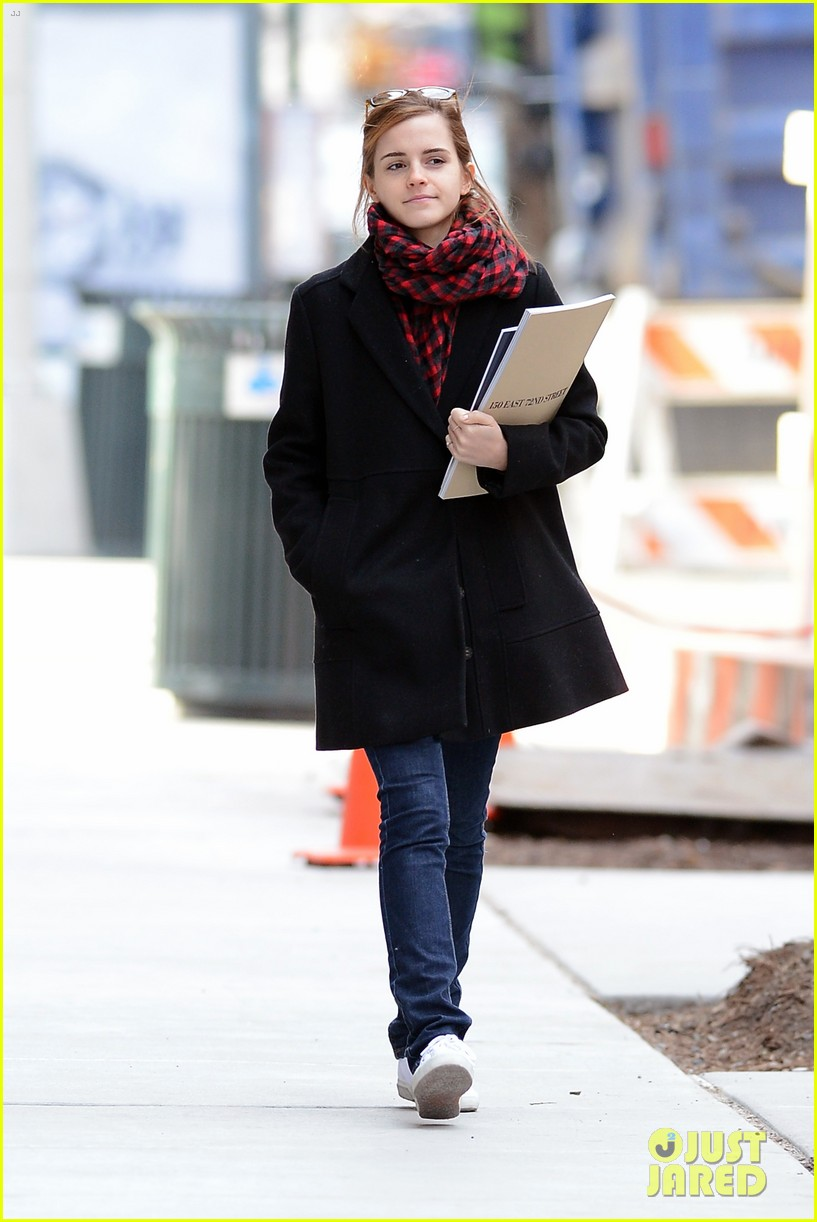 emma watson braves frigid cold for nyc apartment hunting 153038734