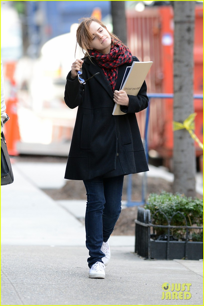 emma watson braves frigid cold for nyc apartment hunting 183038737