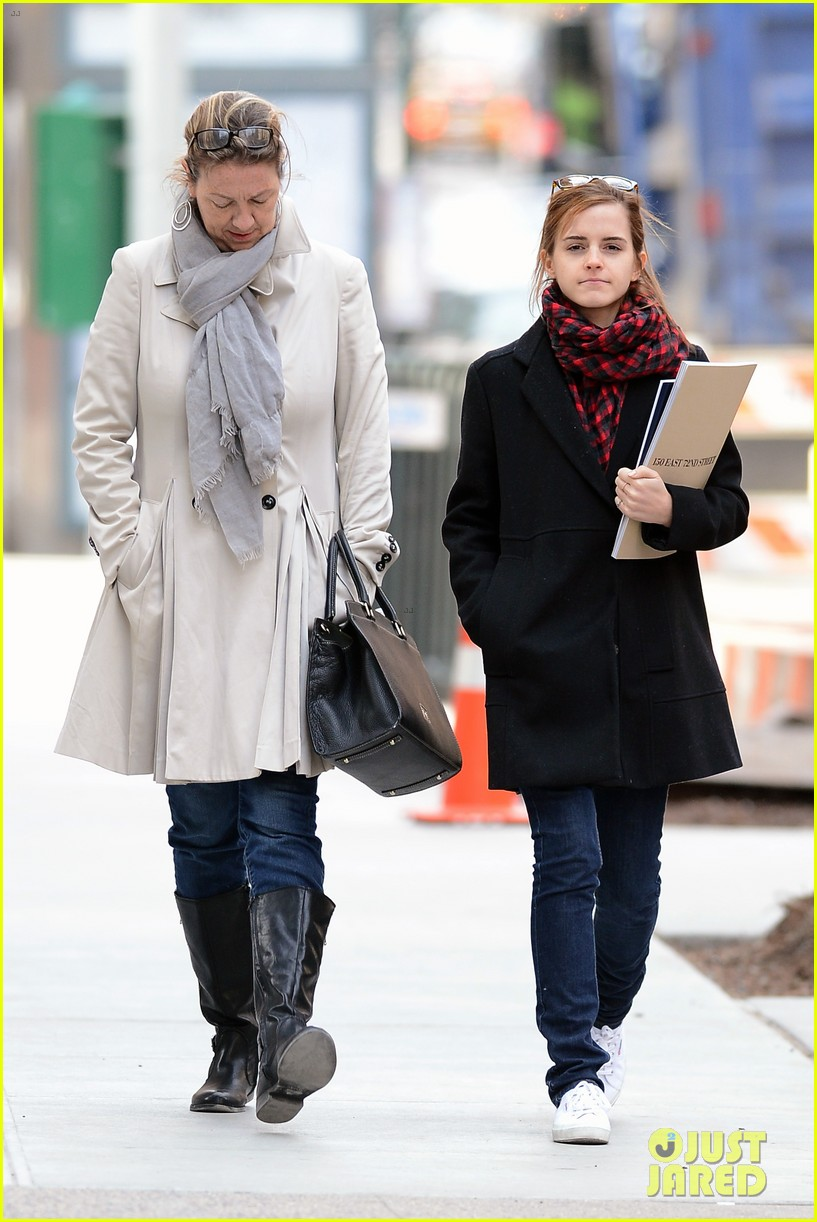 emma watson braves frigid cold for nyc apartment hunting 213038740