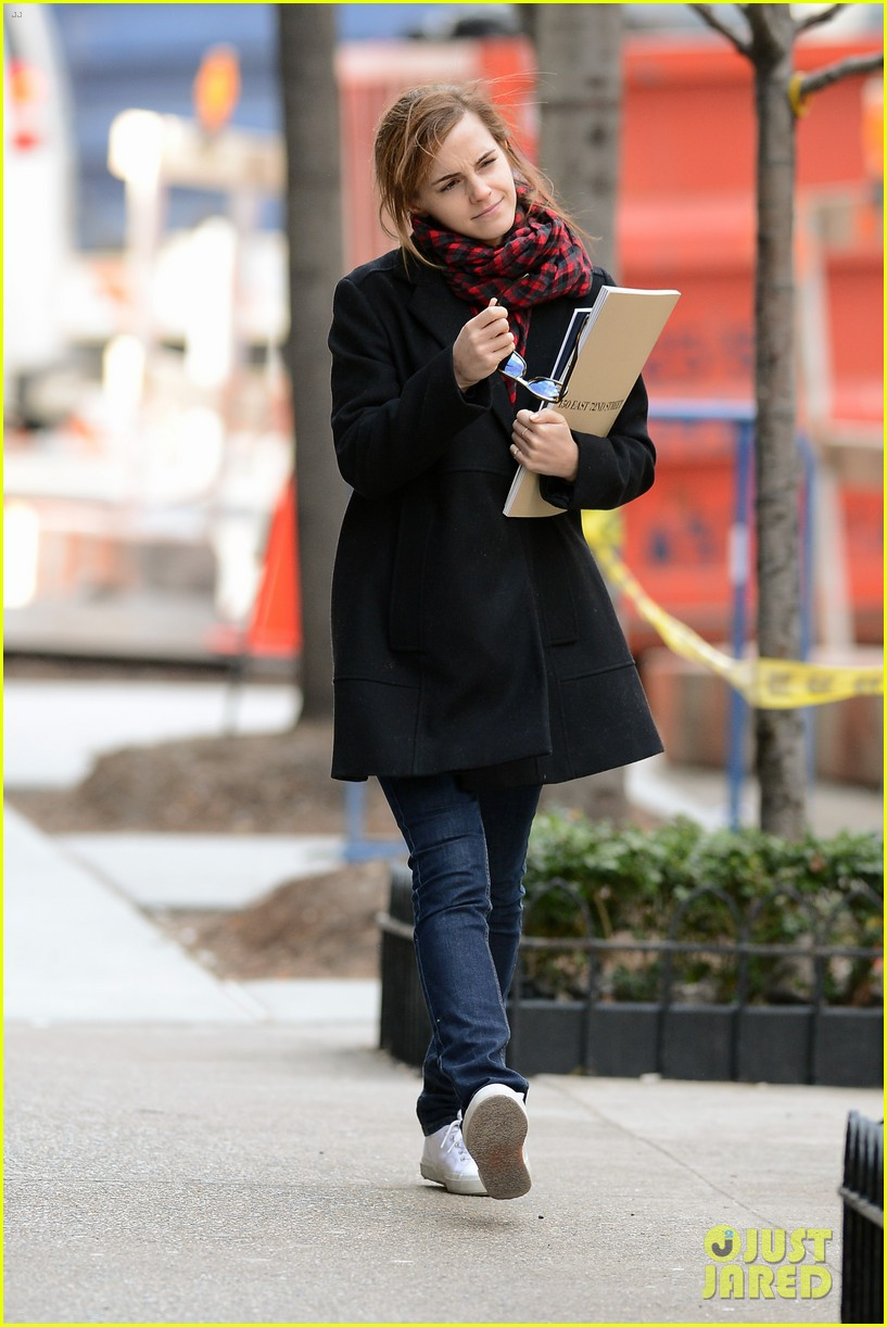 emma watson braves frigid cold for nyc apartment hunting 25