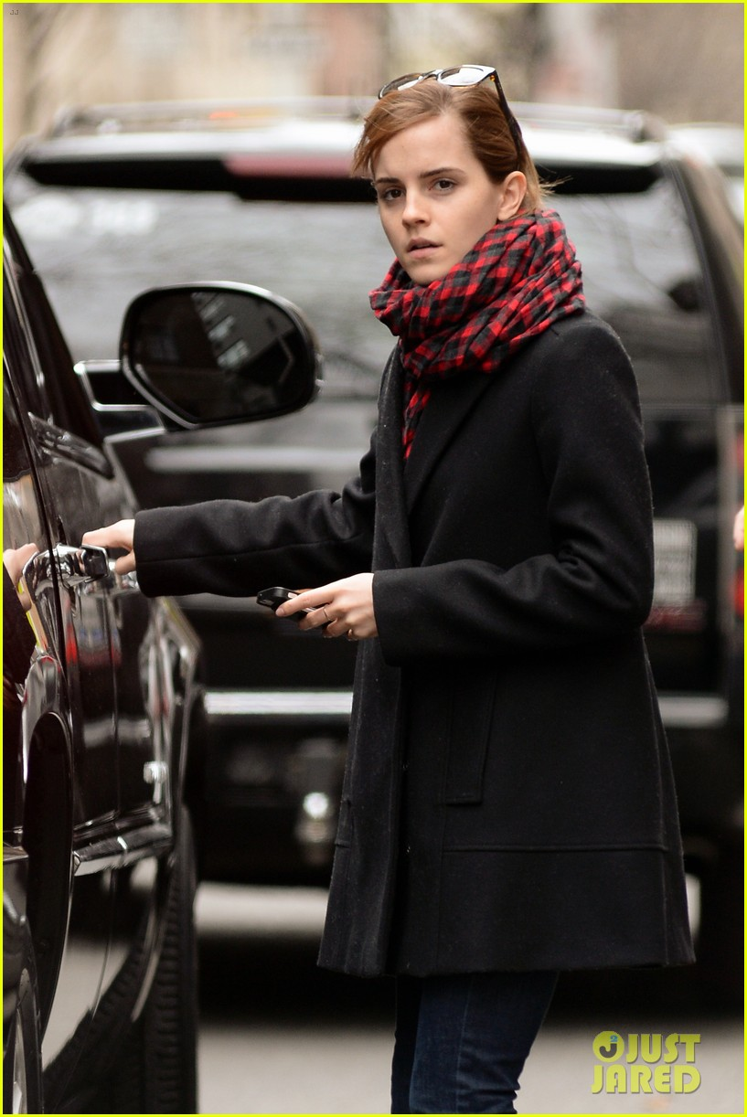 emma watson braves frigid cold for nyc apartment hunting 26