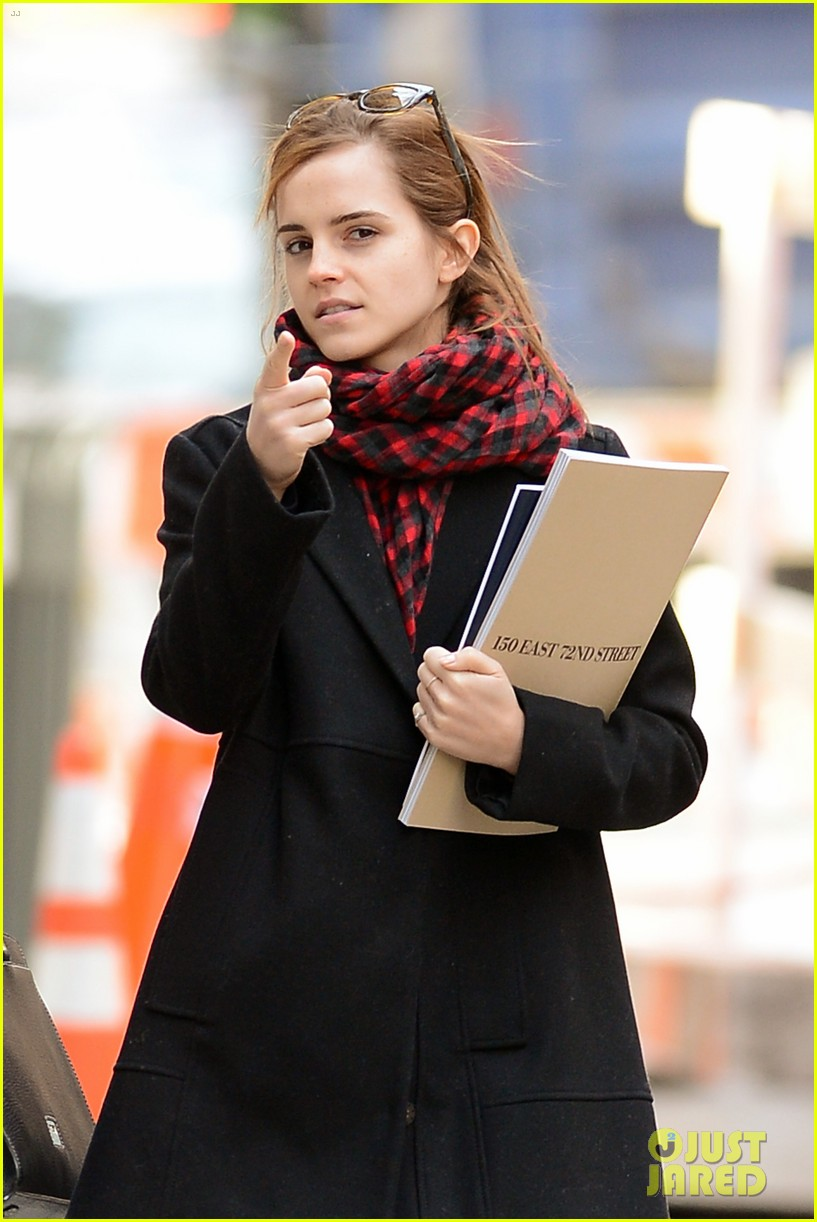 emma watson braves frigid cold for nyc apartment hunting 293038748