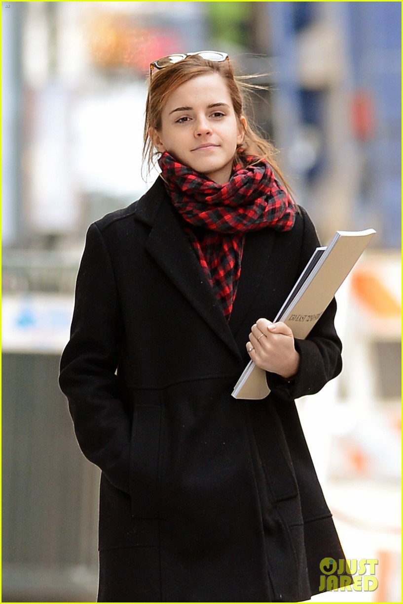 emma watson braves frigid cold for nyc apartment hunting 30
