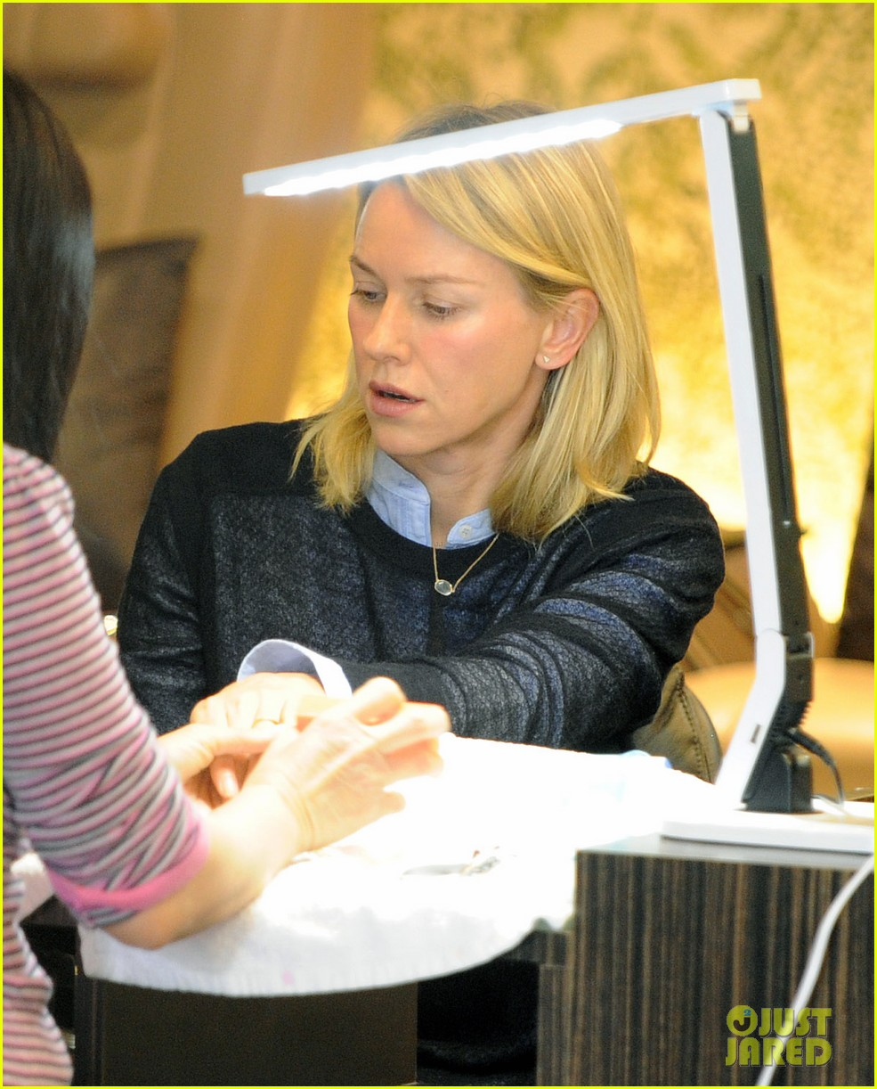 naomi watts keeps busy in brentwood 043039316
