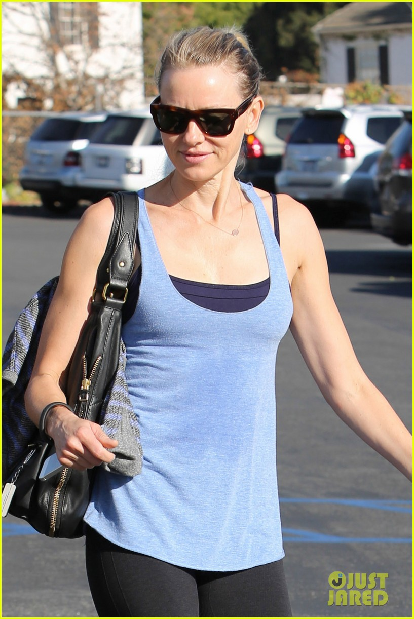 naomi watts keeps busy in brentwood 06
