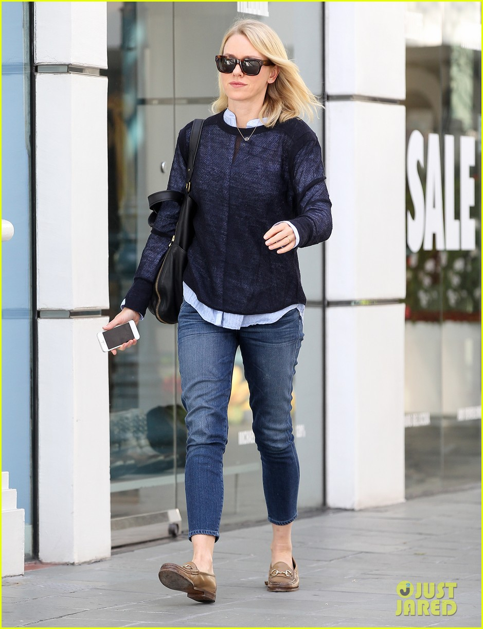 naomi watts keeps busy in brentwood 213039333