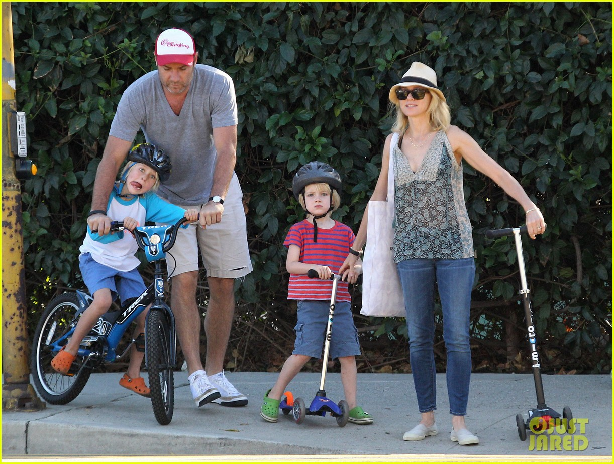 naomi watts liev schreiber run after the kids at the park 013023606