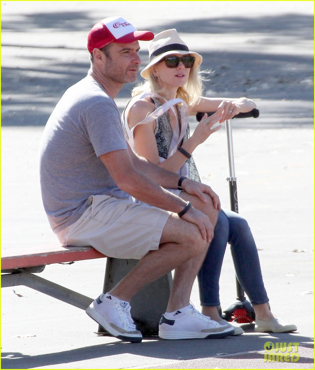 naomi watts liev schreiber run after the kids at the park 123023617