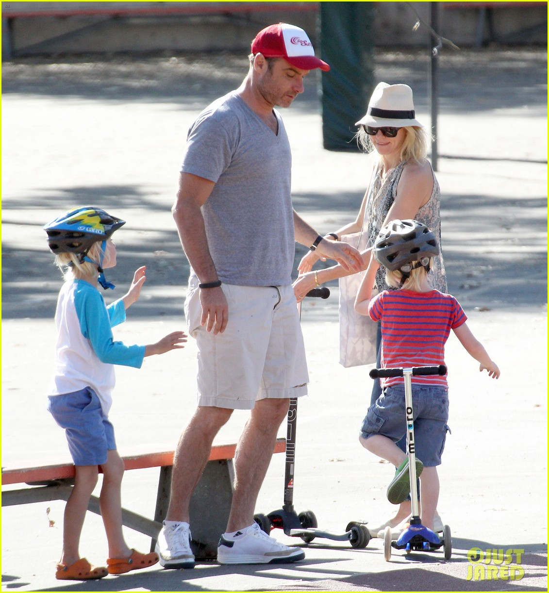 naomi watts liev schreiber run after the kids at the park 133023618