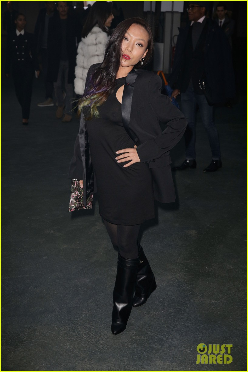 kanye west noomi rapace givenchy fashion show 103033634