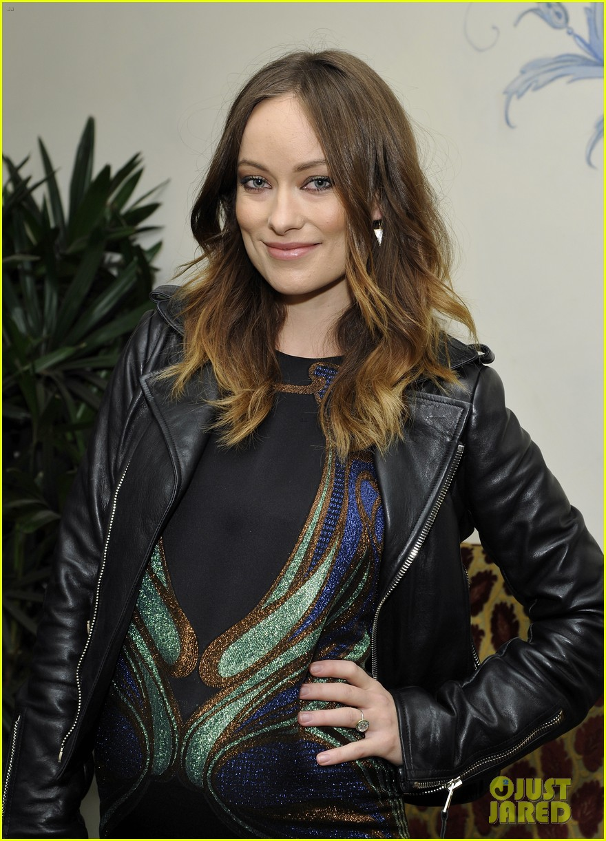 olivia wilde shows off her baby bump at pre golden globes party 023026788