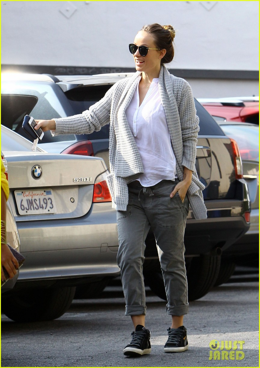 olivia wilde shows off her baby bump at pre golden globes party 113026797