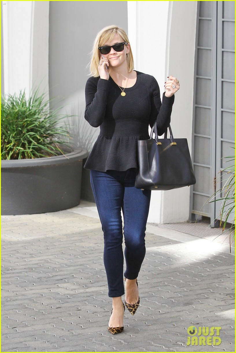reese witherspoon no longer attached to the intern movie 11
