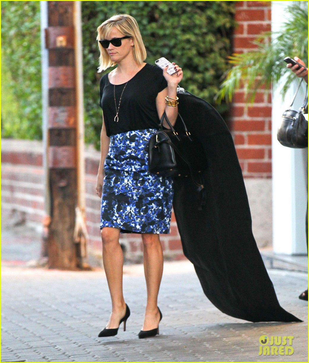 reese witherspoon steps out after the intern news 013033529