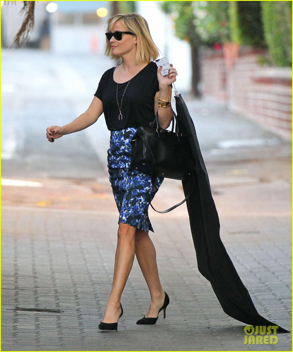 reese witherspoon steps out after the intern news 033033531
