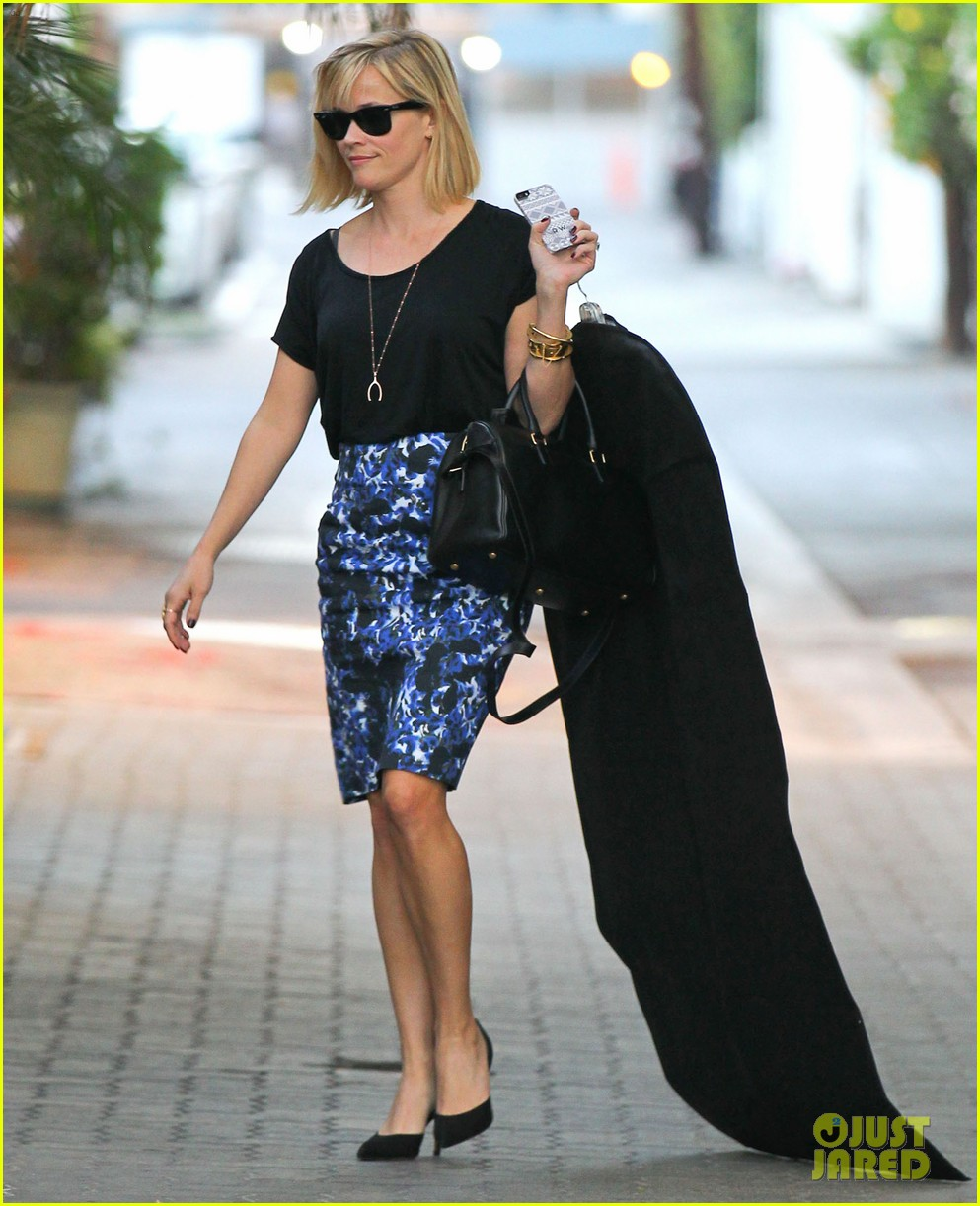 reese witherspoon steps out after the intern news 043033532