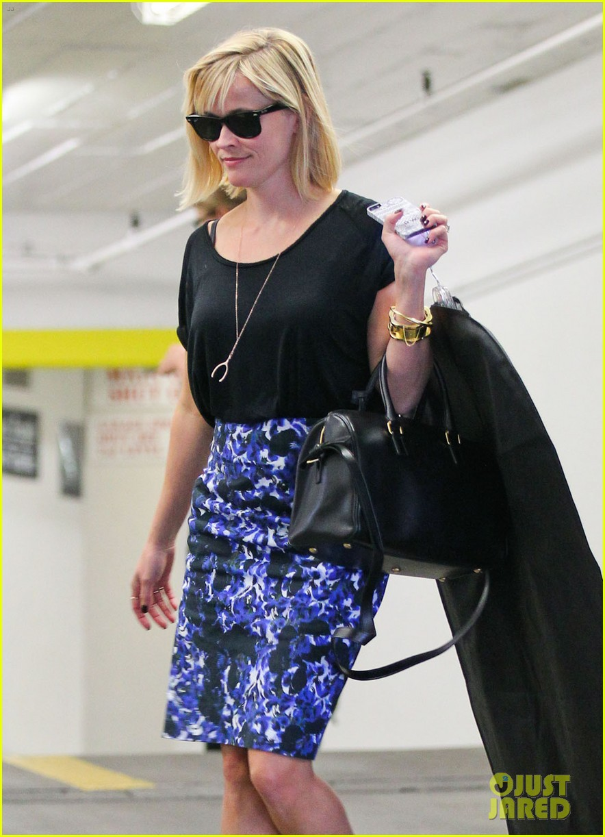 reese witherspoon steps out after the intern news 053033533