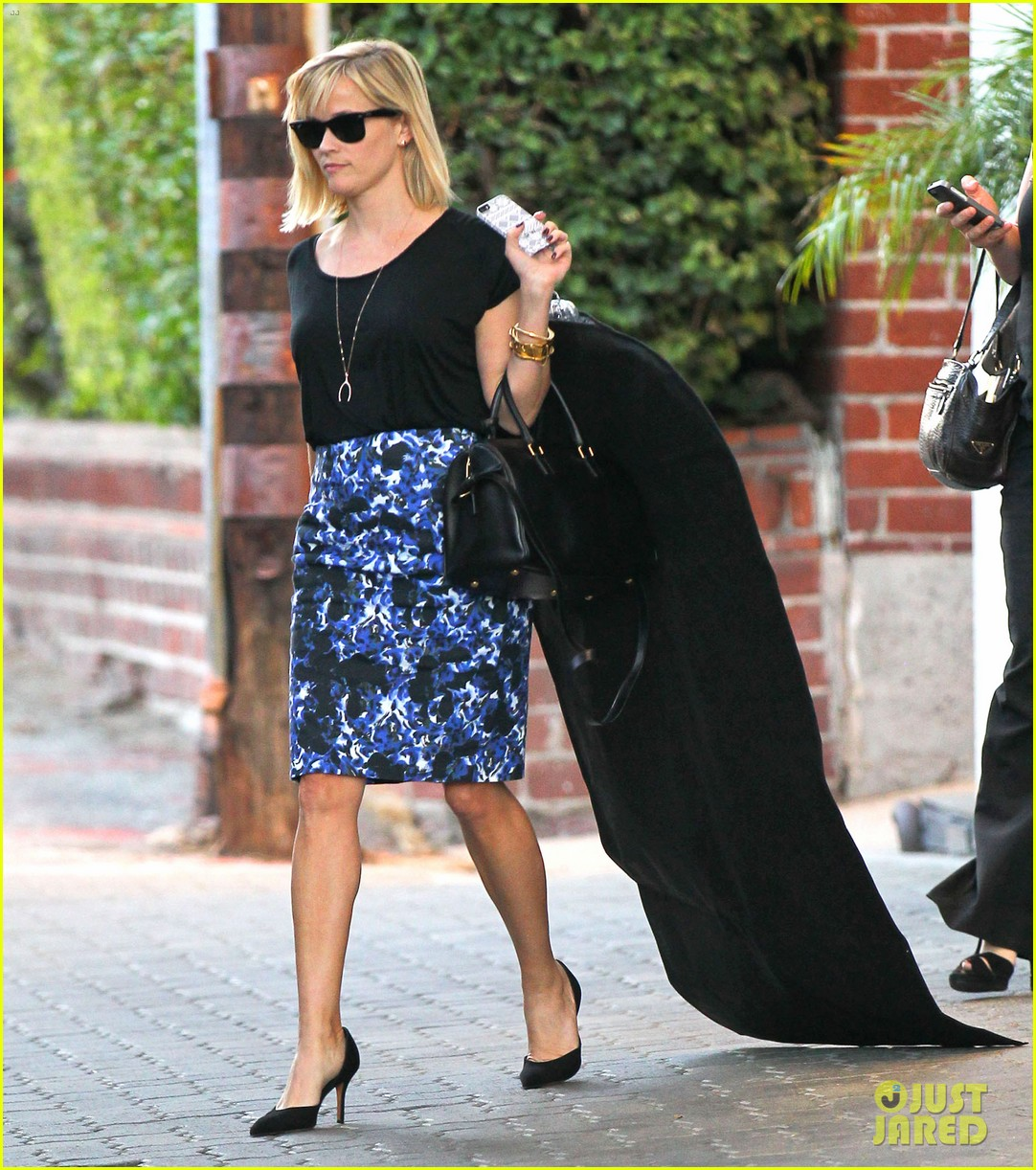 reese witherspoon steps out after the intern news 063033534