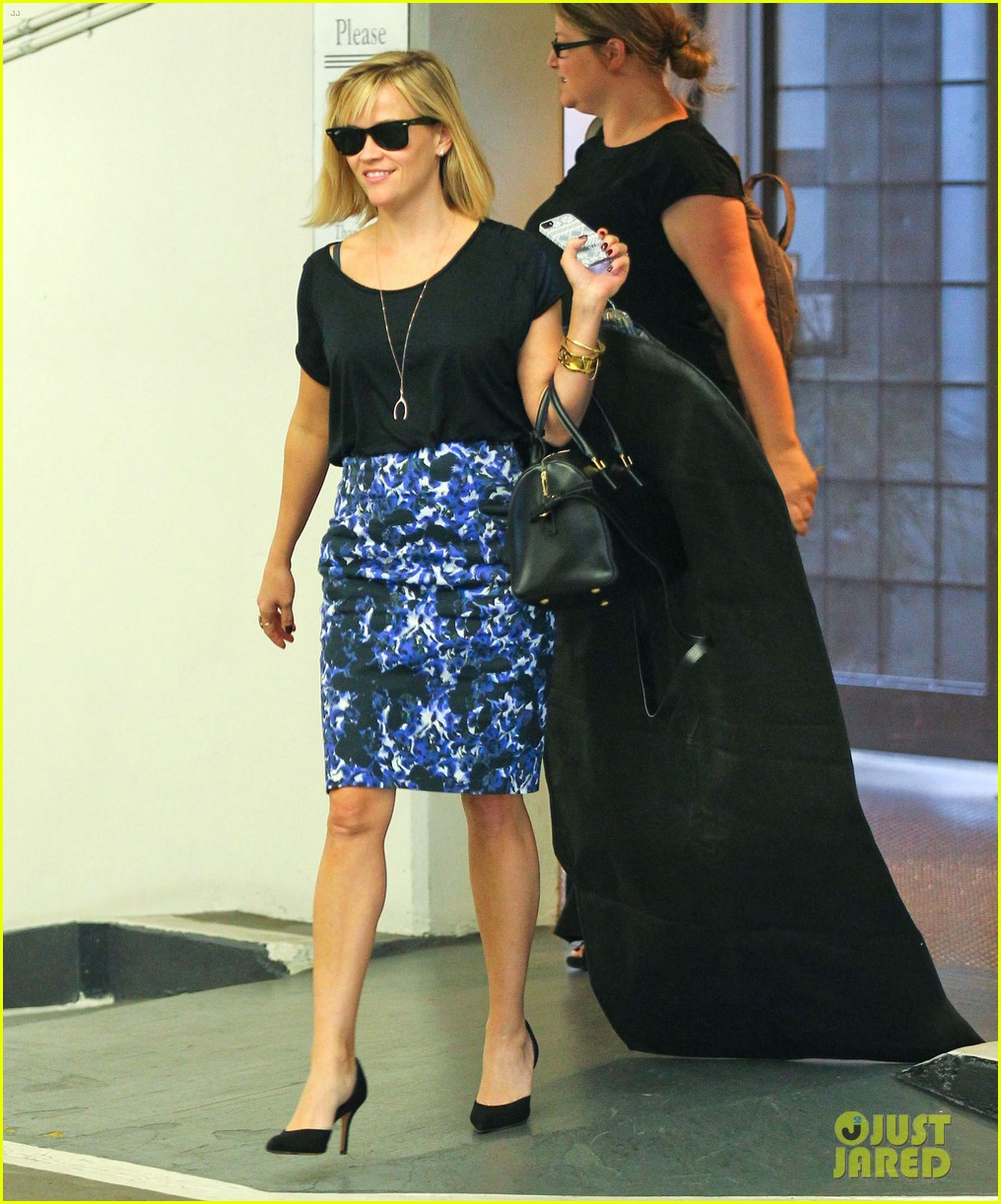 reese witherspoon steps out after the intern news 073033535