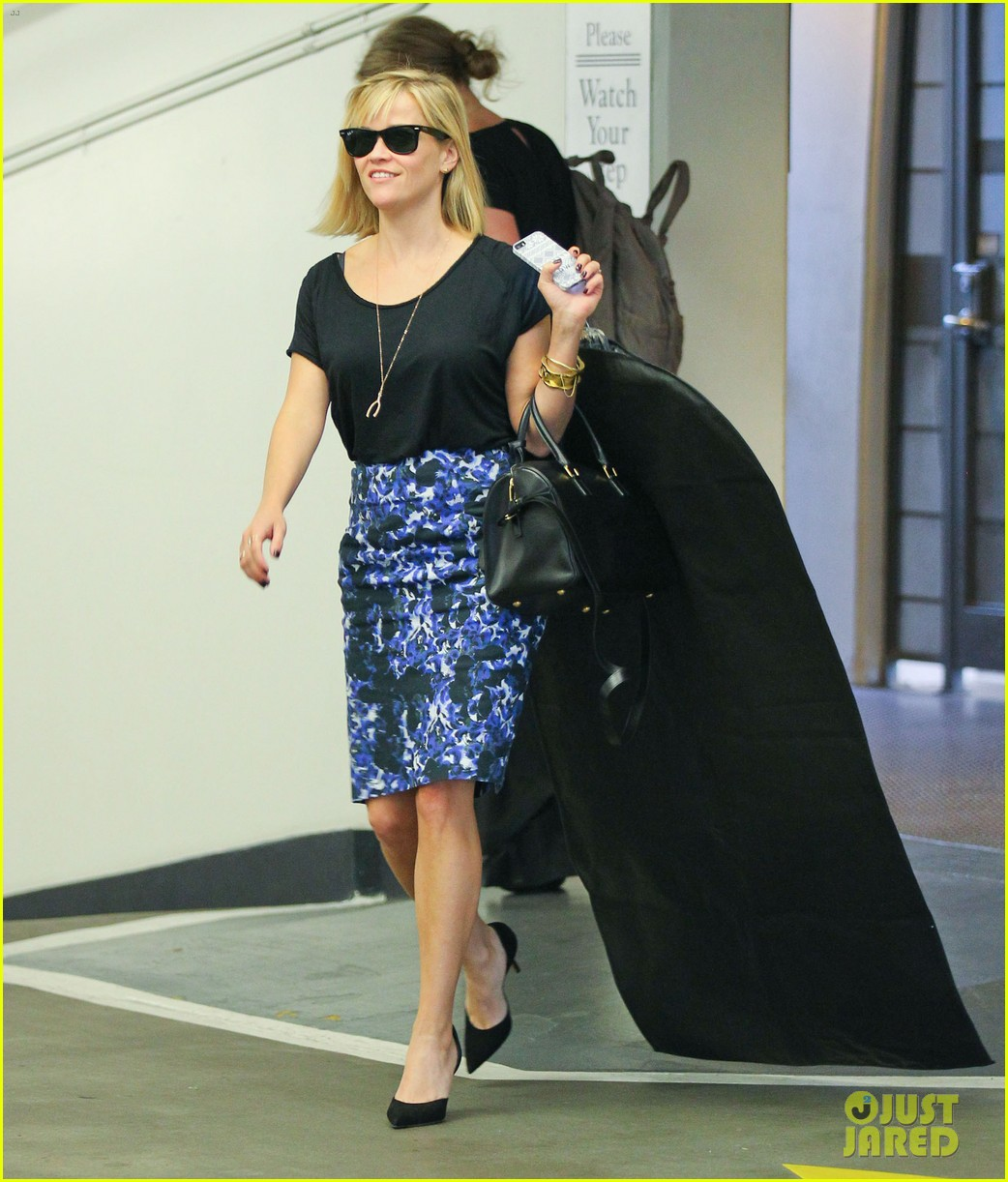 reese witherspoon steps out after the intern news 08