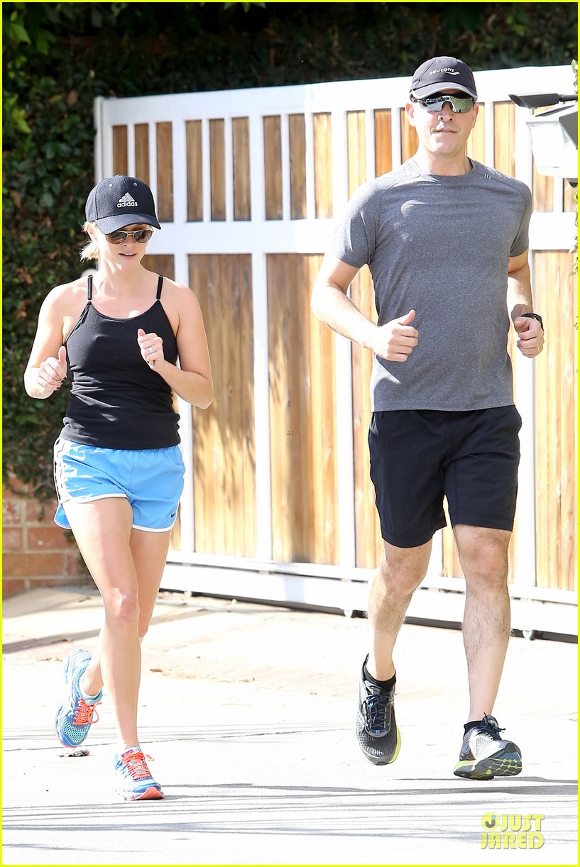 reese witherspoon jim toth jog the weekend away 013036170
